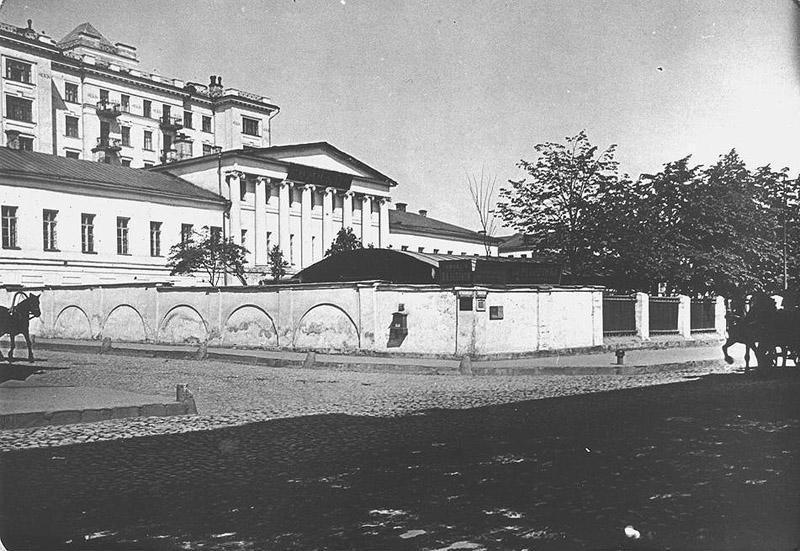 6. Вид на главный дом усадьбы Бутурлиных с угла Знаменки и Крестовоздвиженского переулка.