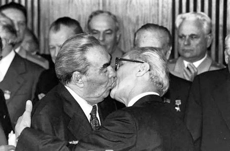 Самый известный поцелуй Леонида Ильича — с Эрихом Хоннекером, руководителем ГДР, в 1971 году. Этот а