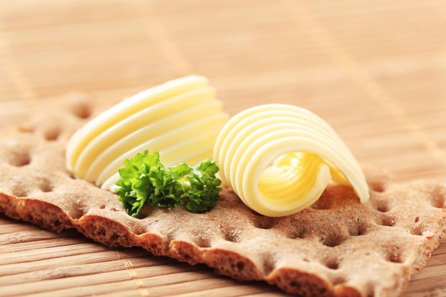 7. Сливочное масло Сливочное масло почти полностью представляет собой чистый жир, половина которого