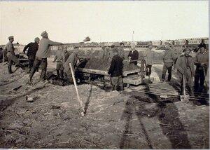 Солдаты во время перевозки земли из резерва вагонетками.