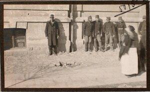Группа военных около дома на ул. Мицкевича, в месте падения бомбы, сброшенной летчиком 16-го февраля 1915 г. между 3 и 4 ч. дня.