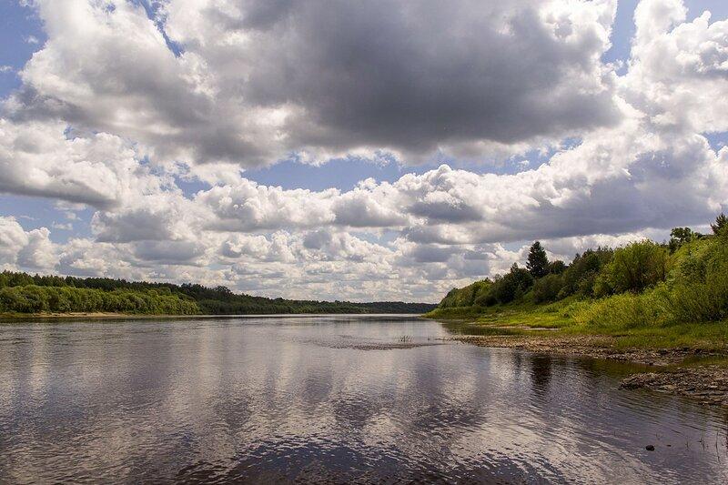 Река Вятка и отражающиеся в ней облака у дер. Мокины Слободского района Кировской области