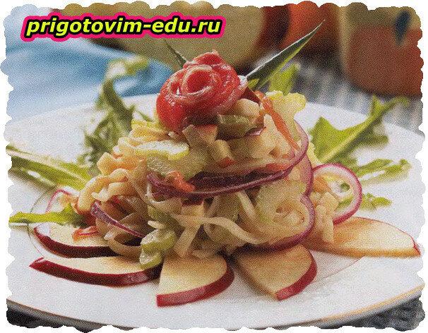 Салат из макарон с копченой рыбой