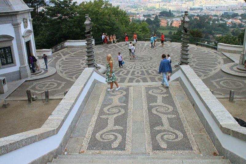 Тротуар возле Бом-Жезуш-ду-Монте (Sidewalk near Bom Jesus do Monte)