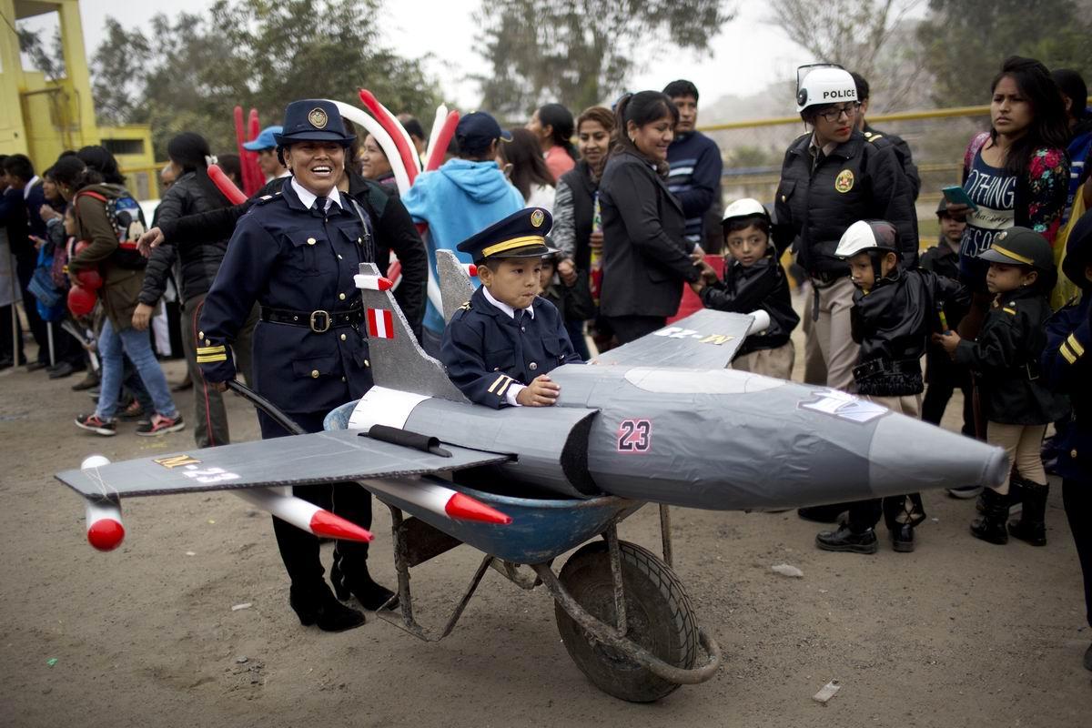 На картонном самолете я взмываю в облака: Самый первый полет юного перуанского летчика