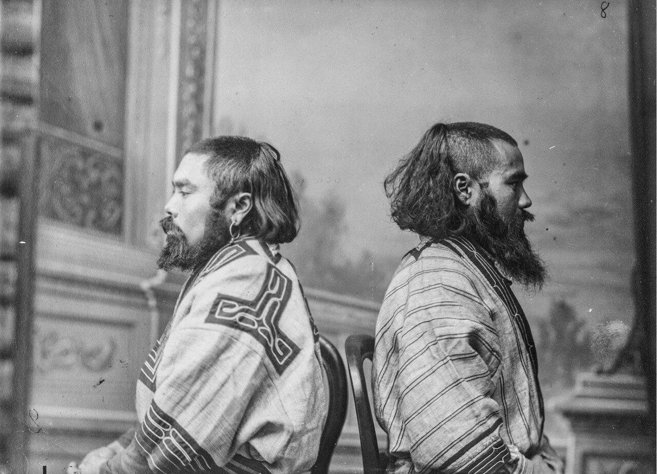 Антропометрический снимок двух айнов в своих костюмах в студии