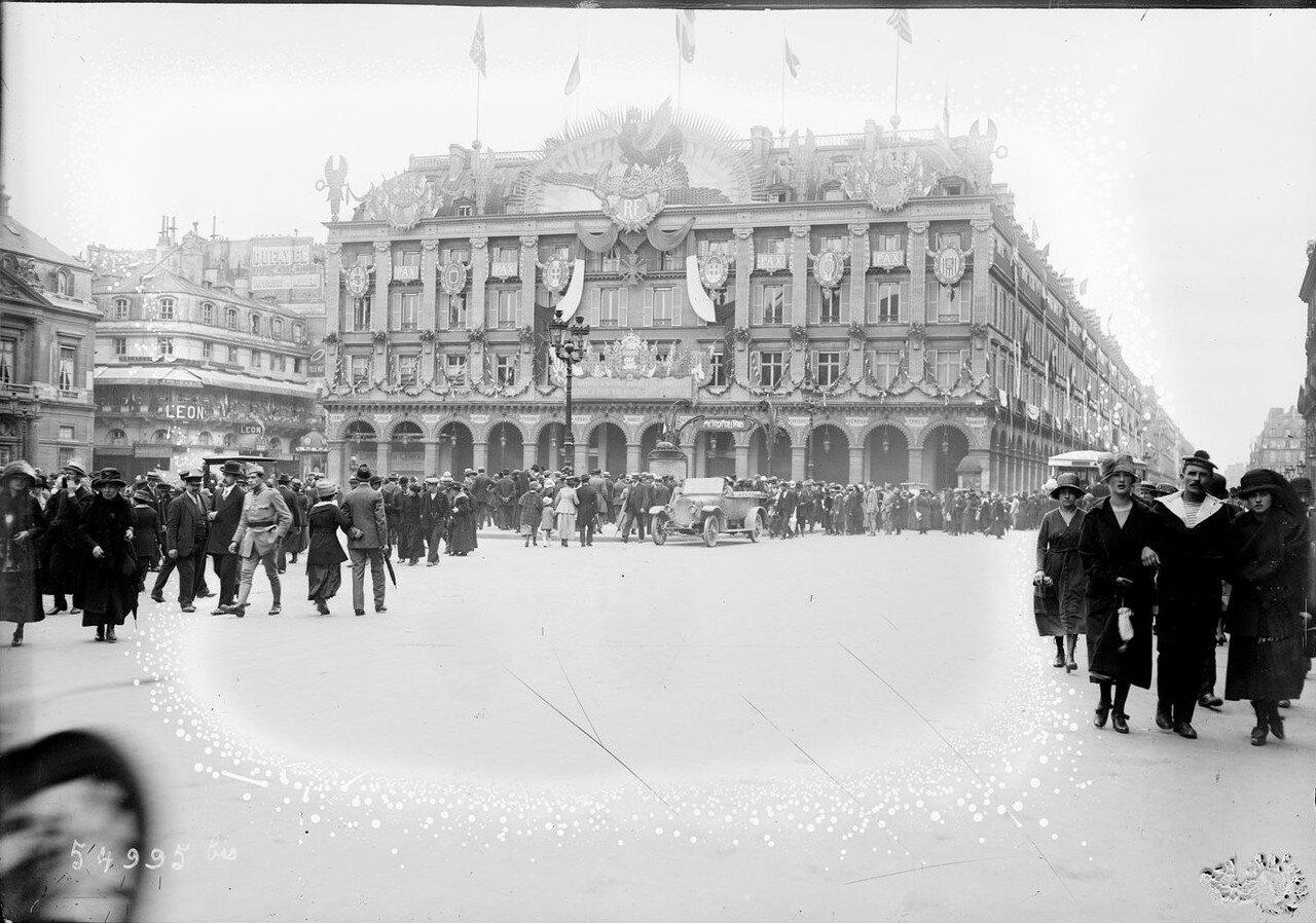 1919. Толпа на Пляс-дю-Пале Рояль. Празднично украшенный Лувр