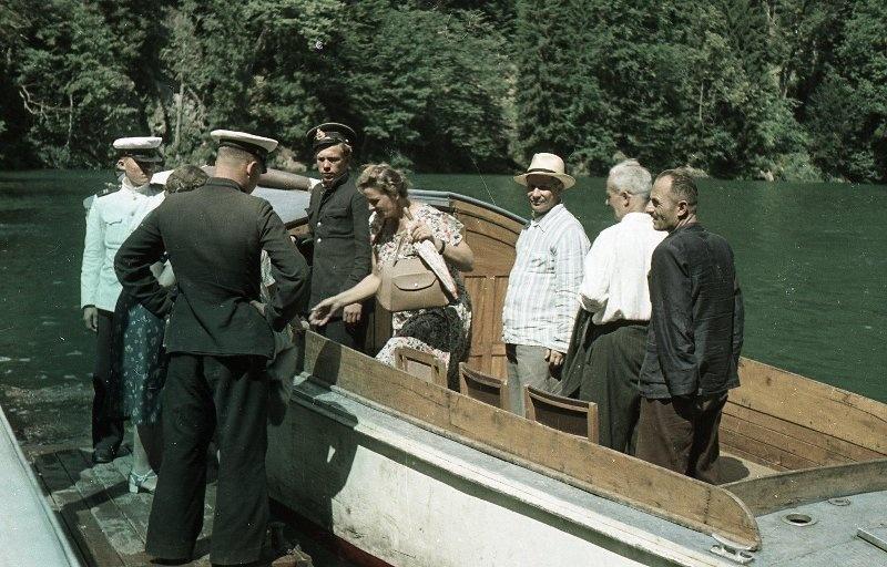 1952 Посадка на катер. Из серии «Озеро Рица». Владислав Микоша2.jpg