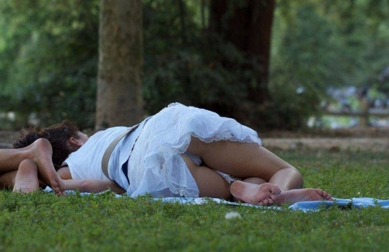 Курьезы с девушками подсматривание фото отымел раком