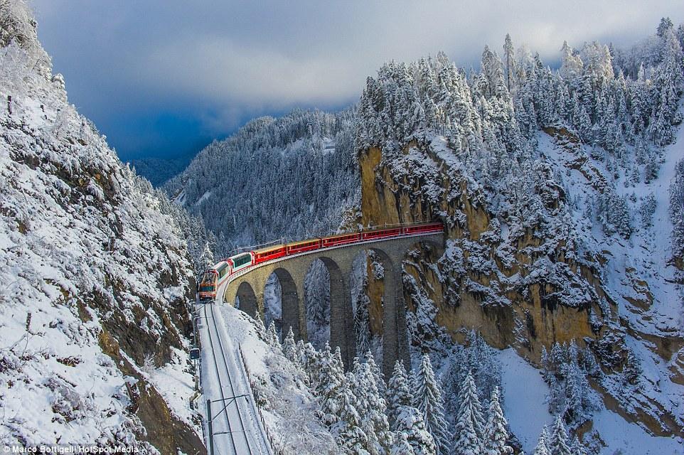 «Бернина Экспресс» в долине Альбула в кантоне Граубюнден в Швейцарии. Поезд «Бернина Экспресс», соед