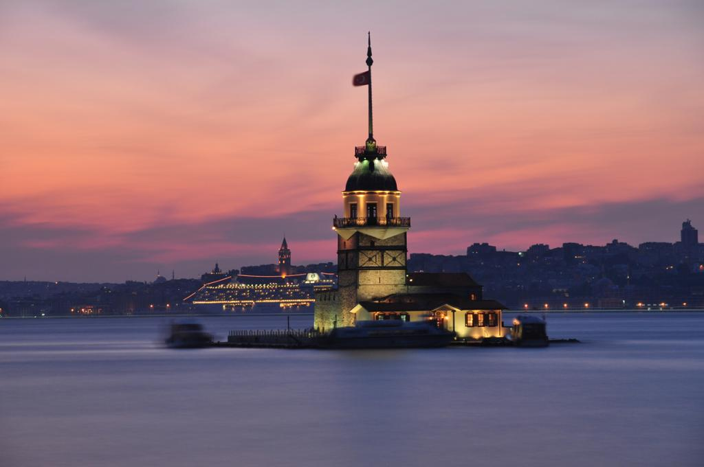Пятое место занимает стамбульская Девичья башня, расположенная на небольшом острове в Босфорском