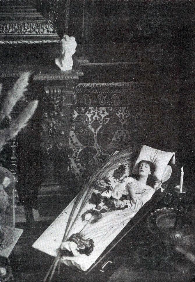 Сара Бернар любила отдыхать в гробу. В 1905 году, во время выступления в театре Рио-де-Жанейро, Сара