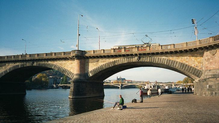 Мост Палацкого (чешск. Palackeho most), соединяющий районы Подскали и Смихов, был построен в 1876-18