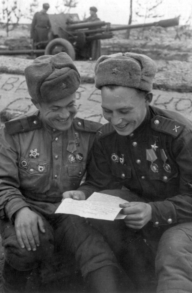 Герои Советского Союза старший сержант Закир Асфандияров исержант Вениамин Пермяков читают письмо и