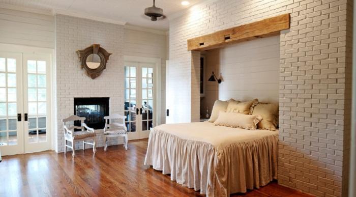 3. Стены спальни с кирпичной кладкой