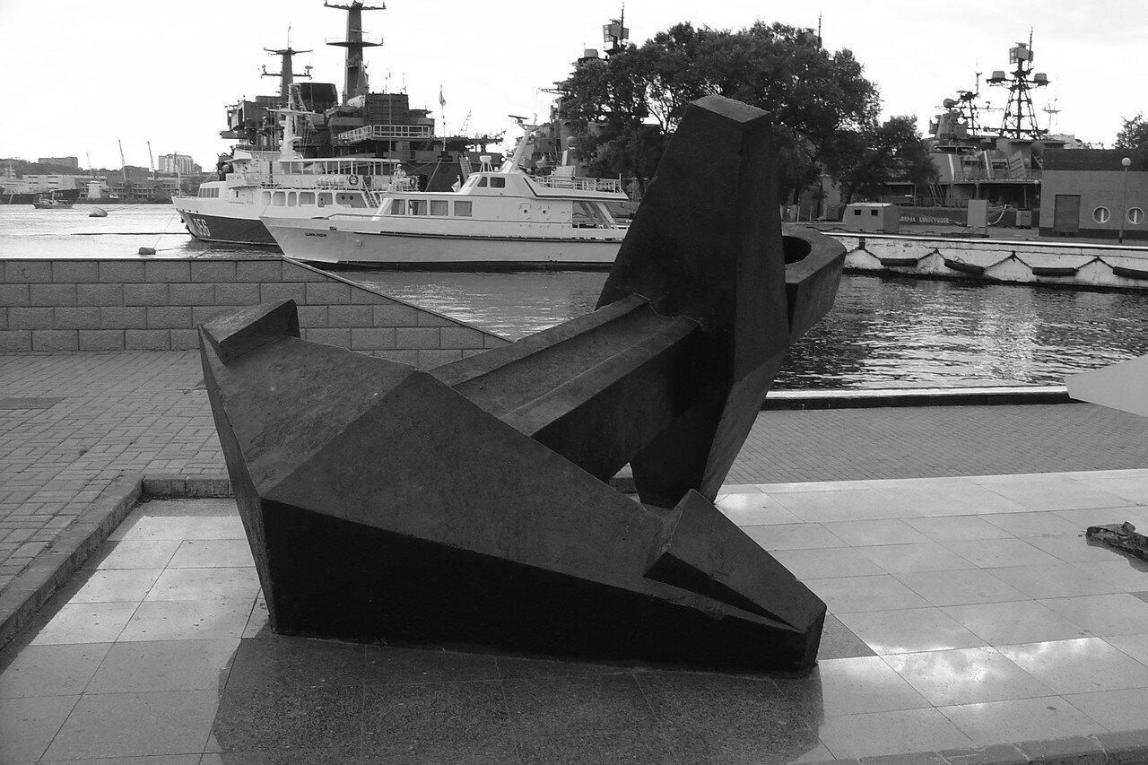 Памятный знак на месте высадки основателей поста Владивосток с корабля «Манджур» в 1860 году (Корабельная набережная, причал № 33)