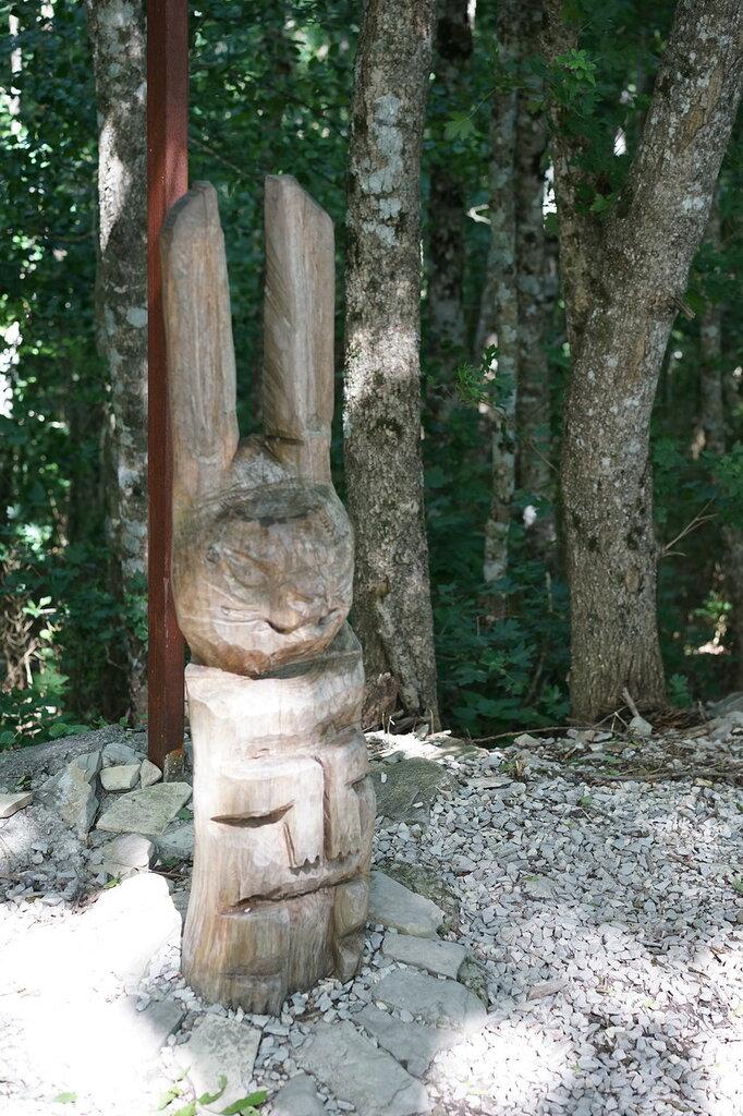 Скульптура зайца из дерева. Верхний уровень Сафари-парк, Геленджик