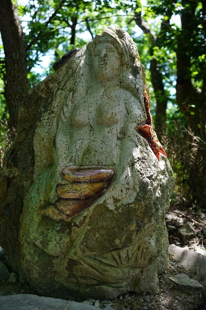 Скульптура девушки, высеченная из камня. Верхний уровень Сафари-парк, Геленджик