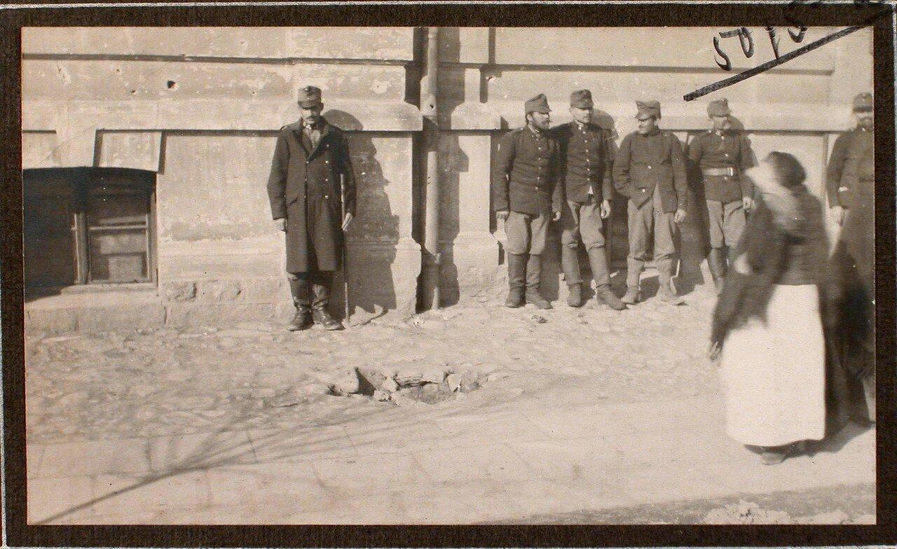 05. Группа военных около дома на ул. Мицкевича, в месте падения бомбы, сброшенной летчиком 16-го февраля 1915 г. между 3 и 4 ч. дня