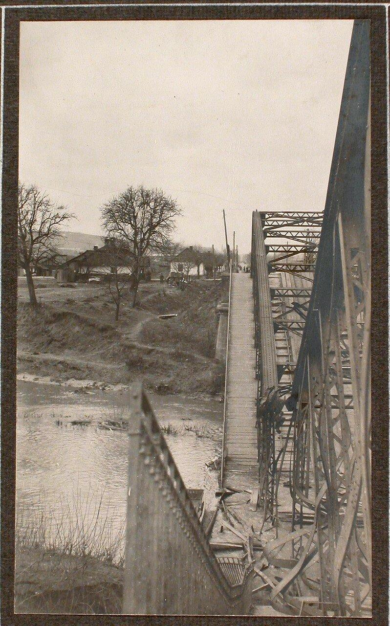 12. Вид взорванного шоссейного моста через реку Виар