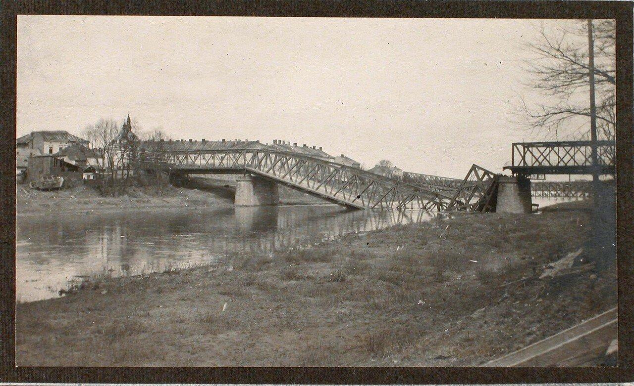 16. Вид взорванного моста через реку Сан