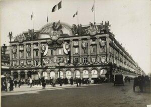 1919. Площадь Пале-Рояль, Празднично оформленный универмаг Лувр