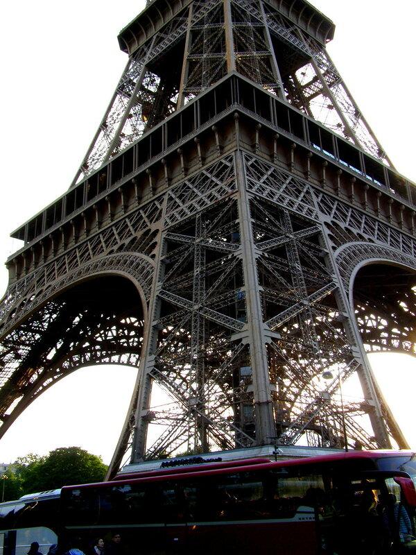 Париж. Фрагмент нижней части Эйфелевой башни