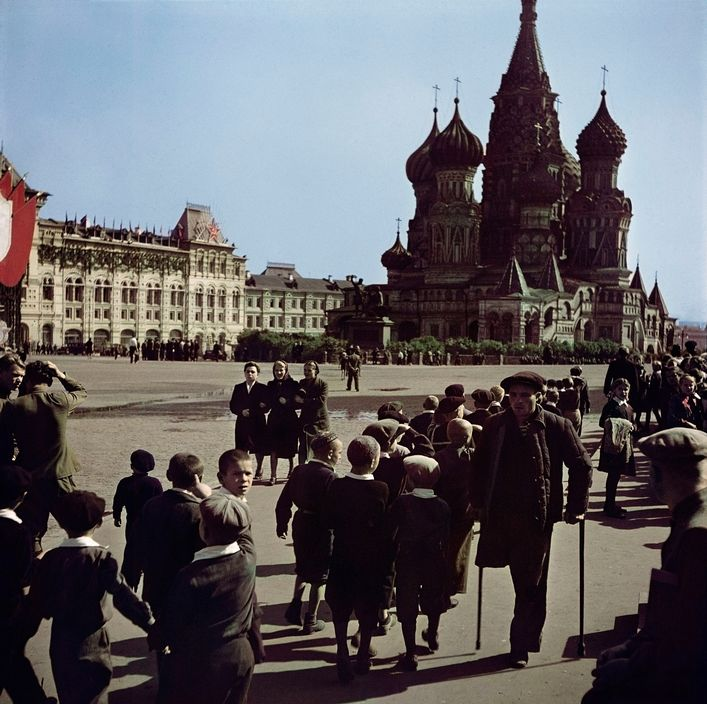 1947. Visitors at Red Square.jpg