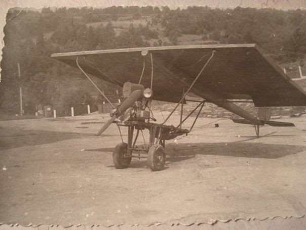 Самодельный самолет, на котором двое братьев пытались совершить побег из СССР в 1975 году. Дело было во Львовской области. На нём стоял мотор от мотоцикла Днепр.jpg