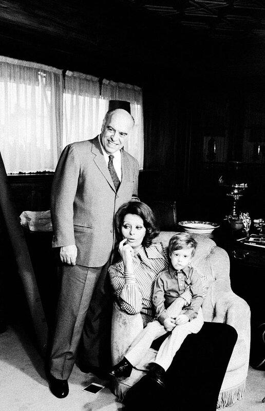 1094 Софи Лорен со своим мужем Карло Понти и их сыном Эдуардо у себя дома.jpg