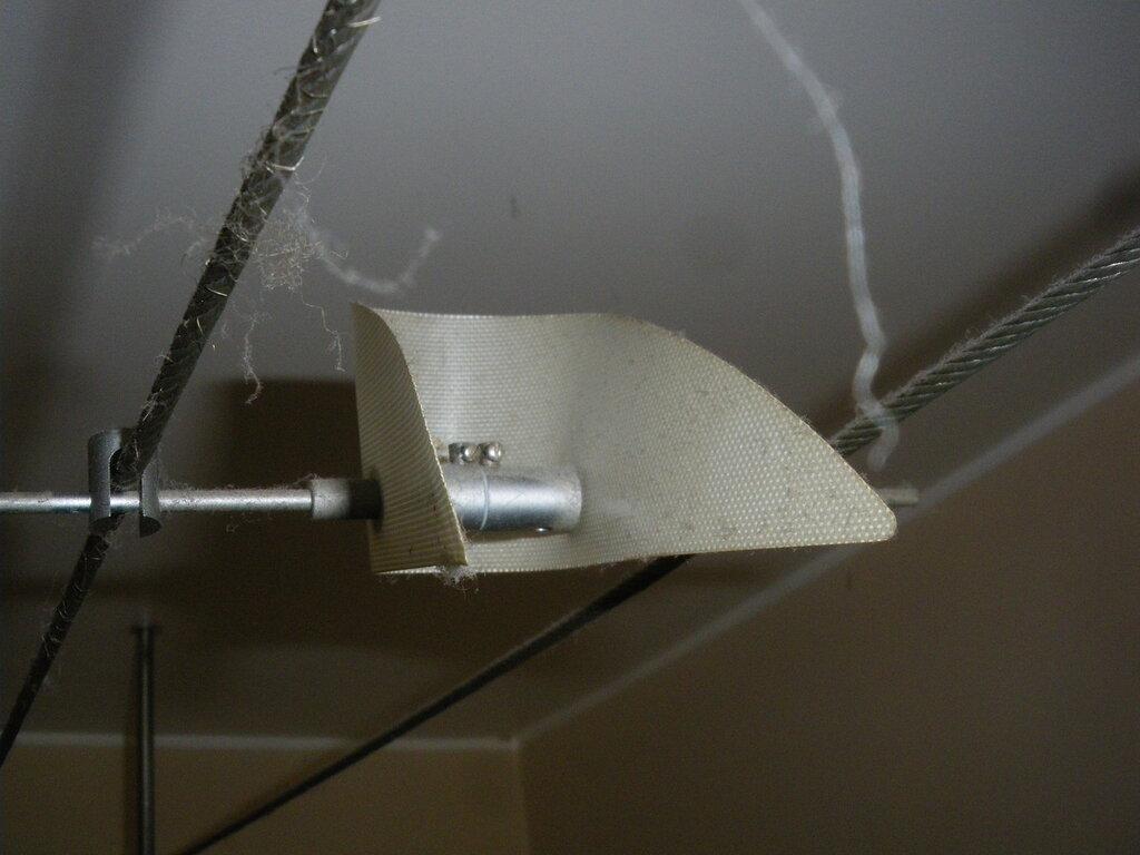 Ремонт трековой системы освещения комнаты и замена лампы, подсвечивающей зеркало