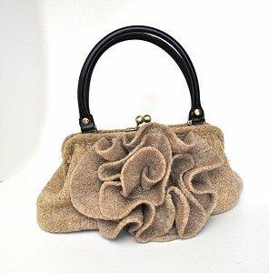 Модный ретро-комплект: шляпка-фиалка и сумочка с воланами.