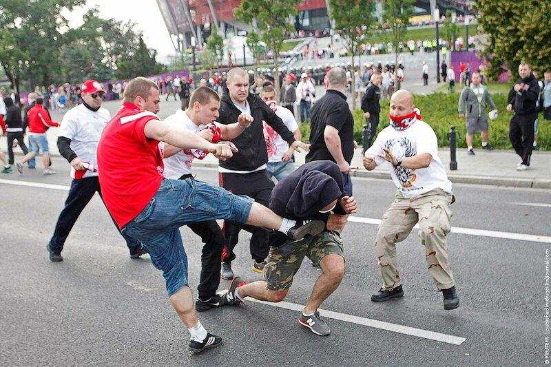 Польские болельщики ультрас избивают одинокого прохожего