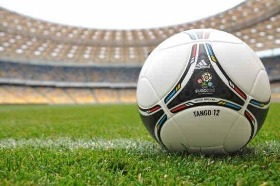 87266e9c1e35 ... которые исторически использовались для обрамления в сельских районах  Польши и Украины - символизируют ключевые характеристики футбола  единство,  ...