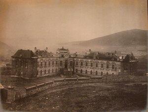 Вид здания больницы со стороны двора.