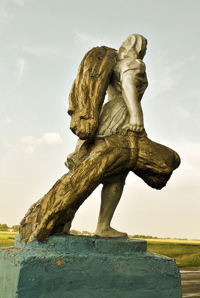 Скульптура на в'їзді в Драбів