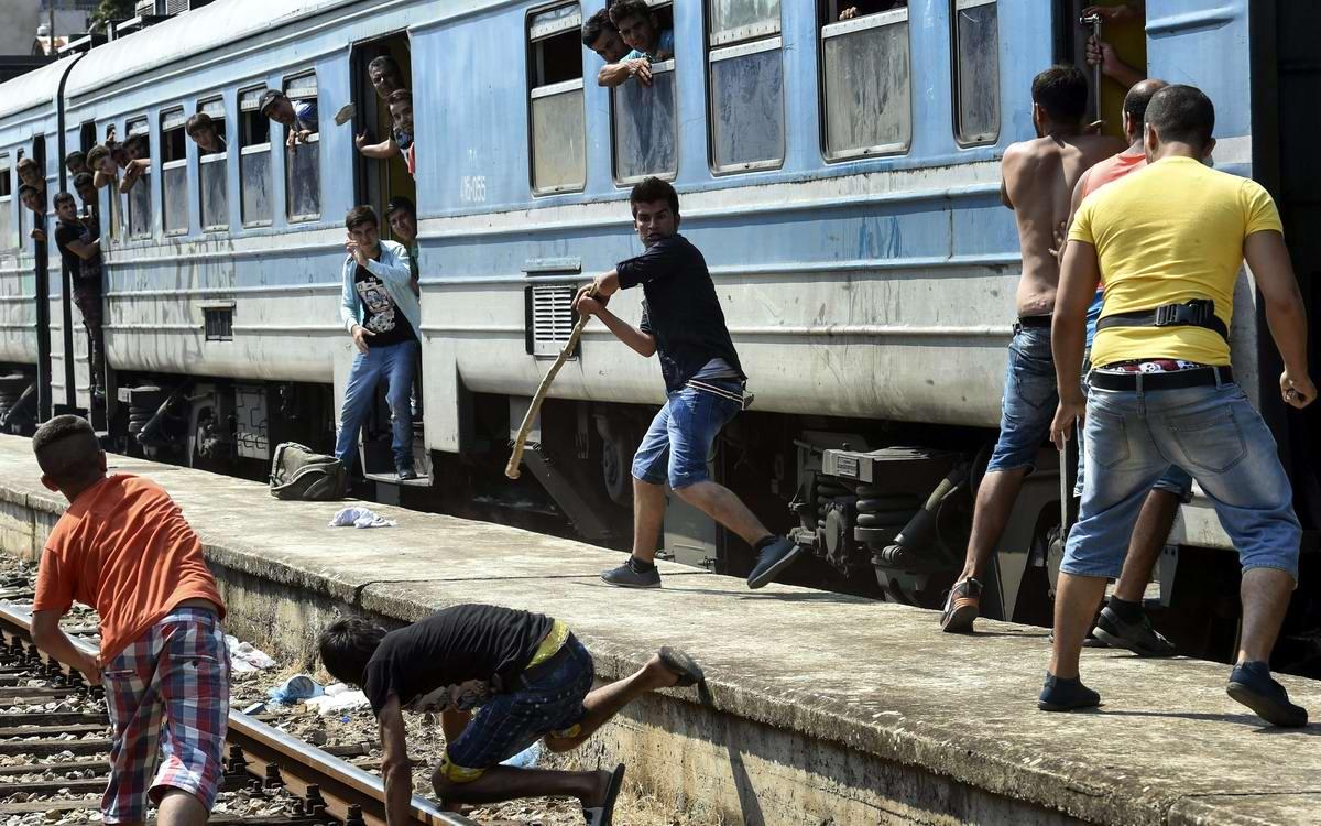 В поисках новой жизни: Мигранты с Ближнежнего Востока заполоняют Европу (1)