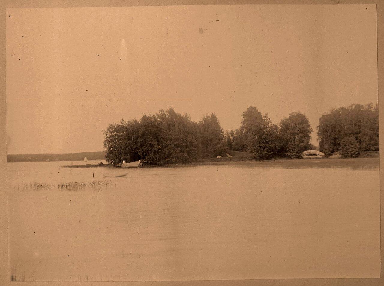 04. Вид на Остров с палаткой; справа - Китайский мостик