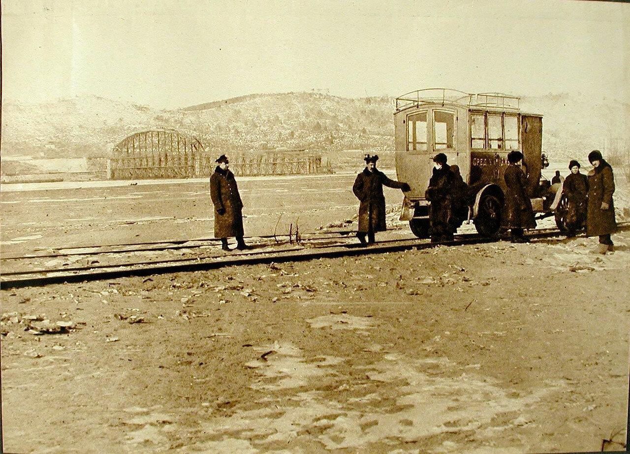 25. Группа местных жителей у временной переправы по льду р.Зеи вблизи строящегося моста