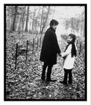 Théo Sarapo et Edith Piaf marchant dans les «Bois de la Cambe» (Belgique), un an avant sa mort. 1962
