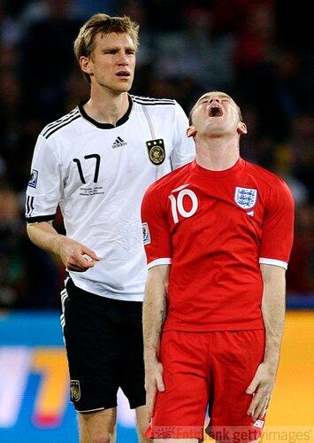 Сборная Германии – сборная Англии. Пер Мертезакер и Уэйн Руни.