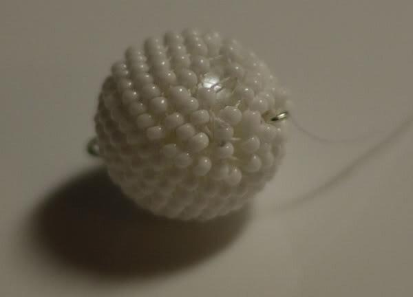 Попытки сделать цветные шарики типа.  Я загорелась попробовать, тем более, что жгуты плетеные из бисера с недавних...