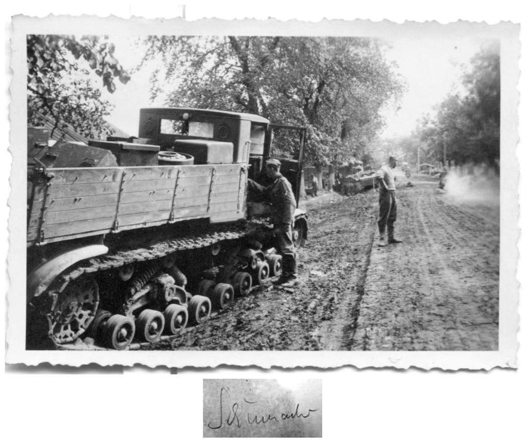 Брошенный на обочине тяжелый артиллерийский тягач «Ворошиловец».