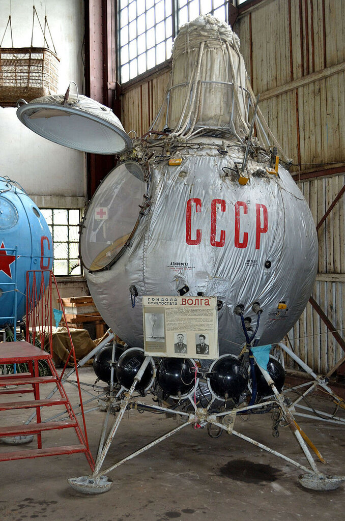 Gondola_of_high-altitude_balloon_Volga_(USSR,_1959).JPG