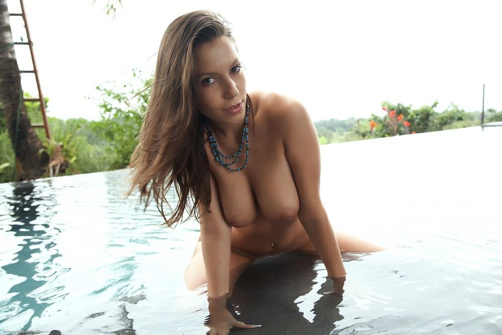 Обнаженная грудастая девушка в бассейне