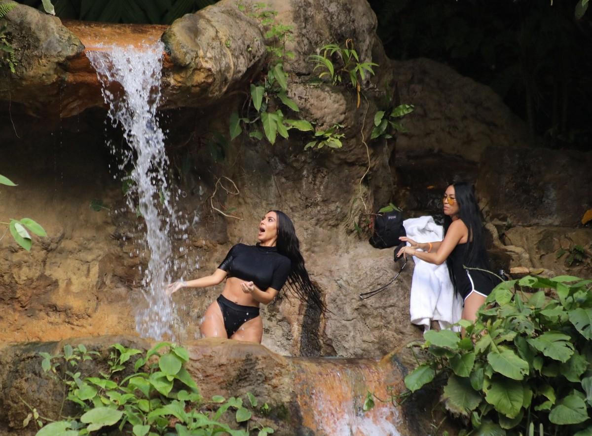 Ким Кардашян искупалась в водопаде
