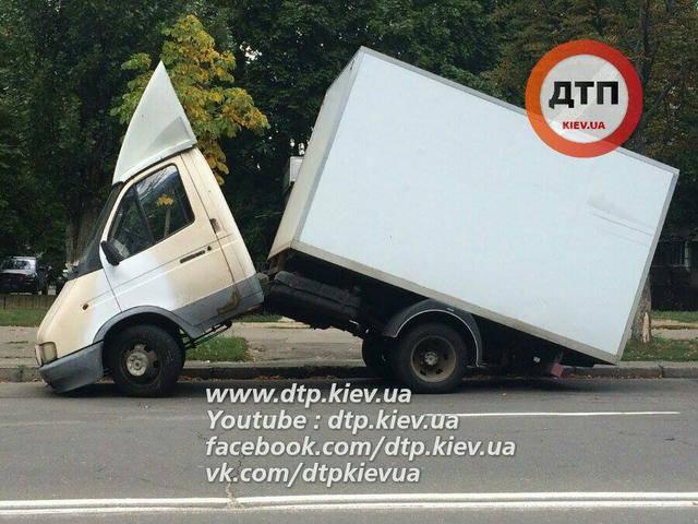 Грузовик в Киеве переломился пополам. ФОТОрепортаж