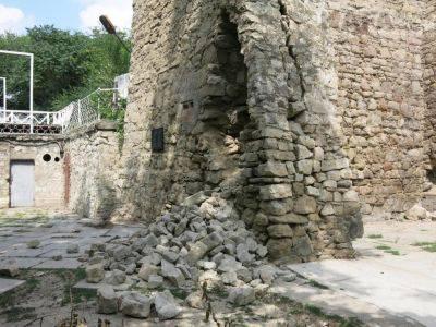 В Крыму обвалилась стена известной исторической достопримечательности (фото)