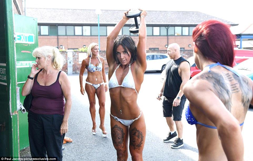 Участница соревнования приводит в тонус мышцы рук.