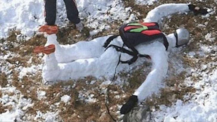 Кажется, ребята нашли неудачно приземлившегося парашютиста.